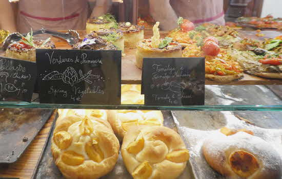 Fornet de la Soca pastry case with signs in Spanish & English