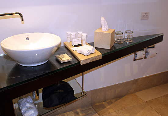 Le Parc Hotel bathroom